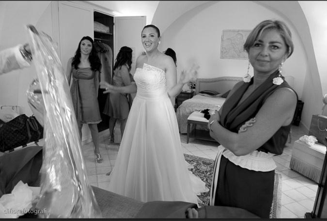 La sposa indossa il suo abito realizzato in esclusiva dall Atelier Elena  Colonna 1e5be0ea163