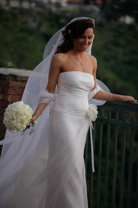 fotografi matrimonio napoli. ilaria col suo bellissimo abito da sposa e il  bouquet. foto spontanee. scatti reportage nozze. c08117e6d18