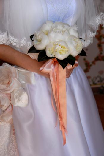 Il bouquet è uno degli elementi più importanti nell intero look della sposa.  La tradizione vuole che il mazzo di fiori passi di mano ben tre volte. c67487c4b587